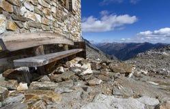 木休息的长凳 免版税库存图片