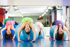 Женщины пригодности гимнастики - тренировка и разминка Стоковое фото RF