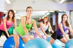 Женщины пригодности гимнастики - тренировка и разминка Стоковое Фото