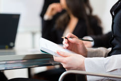 买卖人、会议和介绍在办公室 免版税库存图片