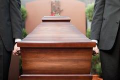 在葬礼的棺材持票人运载的小箱 库存图片