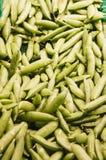 新鲜的青豆在市场上 库存图片