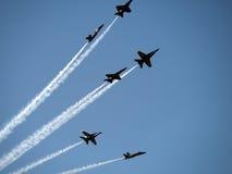 蓝色天使飞行在旧金山天空之上的飞行 库存照片