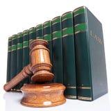 法官惊堂木和法律书籍 免版税库存图片