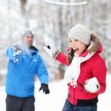 冬天乐趣-在雪球战斗的夫妇 免版税库存图片