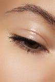 医疗保健和化妆用品。 妇女的眼睛特写镜头  图库摄影