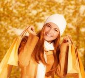 Εύθυμη γυναίκα με τις τσάντες εγγράφου Στοκ Εικόνες