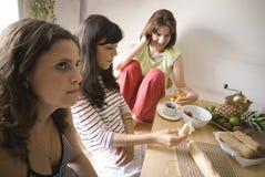 吃的女孩午餐 免版税库存照片