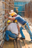 建筑工人繁忙与模板框架 库存图片