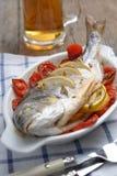 与蔬菜的被烘烤的海鲷 库存图片
