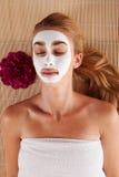 有一个面罩的妇女在温泉 免版税库存照片