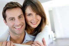 快乐的夫妇纵向 免版税库存图片