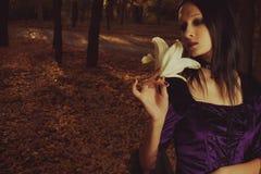 Девушка с лилией Стоковые Изображения