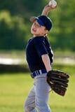 棒球男孩投手年轻人 免版税库存图片