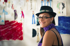 妇女工作作为时装设计师 免版税库存图片