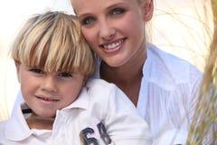 海滩的母亲和儿子 免版税库存照片