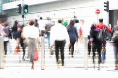 Регулярные пассажиры пригородных поездов пересекая оживленную улицу Стоковая Фотография RF
