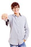 有汽车关键字的年轻人 免版税库存图片