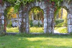 从石头的庭院结构在挂接庄园。 库存图片