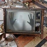 鬼魂在闪烁的电视机出现 免版税库存照片