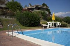 有游泳池的一个美好的家 库存照片
