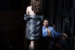 性感的夫妇在卧室,暗室 免版税图库摄影