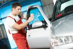 自动服务擦净剂洗涤的汽车 库存照片