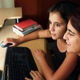 西班牙浏览万维网的母亲和女儿 免版税库存照片