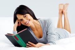 Женщина книги отдыха Стоковое Фото