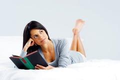 Женщина книги отдыха Стоковые Фото