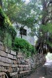 石墙延伸和小的棚子 免版税库存图片