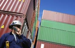 发运集装箱和码头工人 免版税库存照片