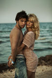 Портрет обнимая пары на пляже Стоковая Фотография RF