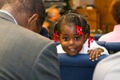 肯尼亚美国女孩在教会里 免版税库存照片