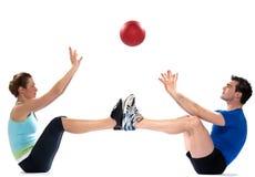 Тренировка шарика пригодности человека женщины пар Стоковое фото RF
