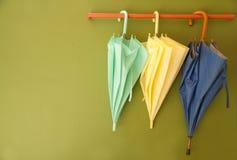 在挂衣架的伞吊 免版税库存图片