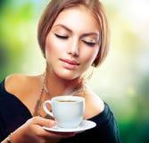 女孩饮用的茶或咖啡 免版税库存照片