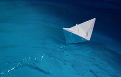выходить бумажный корабль Стоковое Фото