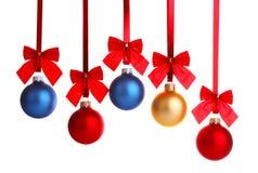在丝带的圣诞节装饰与红色弓 免版税图库摄影