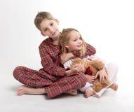 爱恋的兄弟和姐妹 免版税库存照片