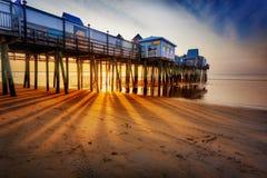 太阳在沙子,老果树园海滩发出光线 免版税库存照片