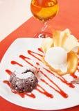 巧克力布丁和冰淇凌用汁液 库存照片