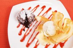 与冰淇凌的巧克力布丁在一个空白牌照 免版税图库摄影