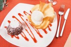 与冰淇凌的巧克力布丁 免版税库存图片