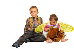 男孩和小女孩坐楼层 免版税库存照片