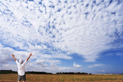 一件空白衬衣的人 免版税库存图片