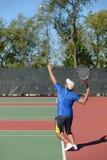 Человек играя теннис Стоковое Изображение