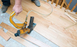 Εγκατάσταση πατωμάτων ξυλείας πλατύφυλλων Στοκ φωτογραφία με δικαίωμα ελεύθερης χρήσης