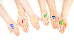 Παλάμες χεριών παιδιών φίλων στο ζωηρόχρωμο σημάδι χρωμάτων Στοκ εικόνα με δικαίωμα ελεύθερης χρήσης