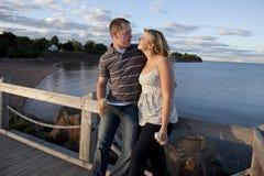 在夏天爱的新夫妇 免版税图库摄影
